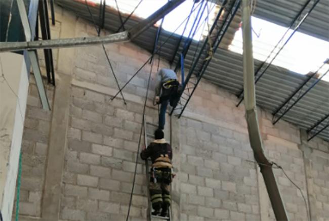 Rescatan a hombre del techo de un negocio en Texmelucan