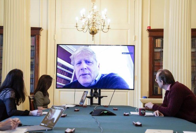 Llevan de emergencias al primer ministro de Inglaterra por covid-19