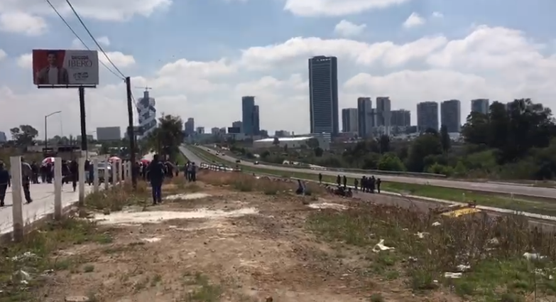 VIDEO Bloquean salida a Atlixco; exigen a Grupo Proyecta concluir obras