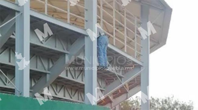 Hallan cadáver colgando de gradas del campo de béisbol en Ajalpan