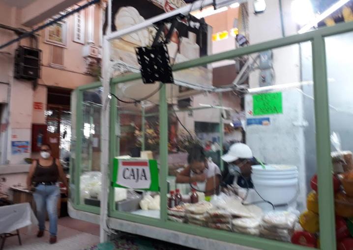 Por Covid colocan separadores puestos del mercado turístico de Atlixco