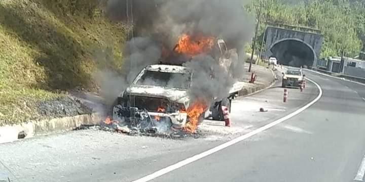 Se incendia camioneta en la autopista México-Tuxpan