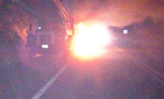 Se calcina conductor al chocar de frente con camión en la Amozoc-Perote