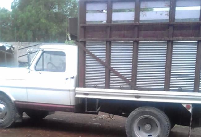 Roban camioneta con todo y ganado en Tecamachalco