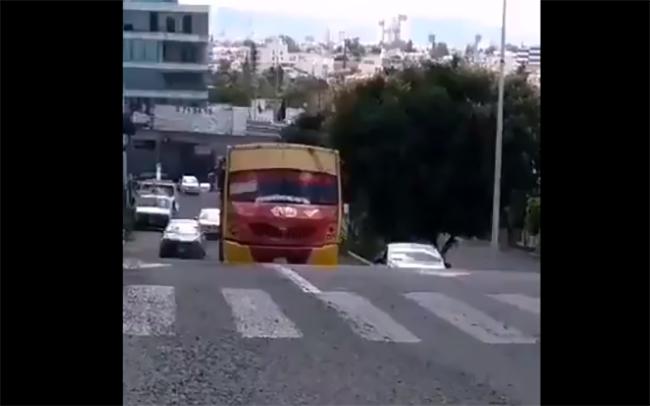 VIDEO Pasajeros de ruta 10 se bajan para que camión suba pendiente