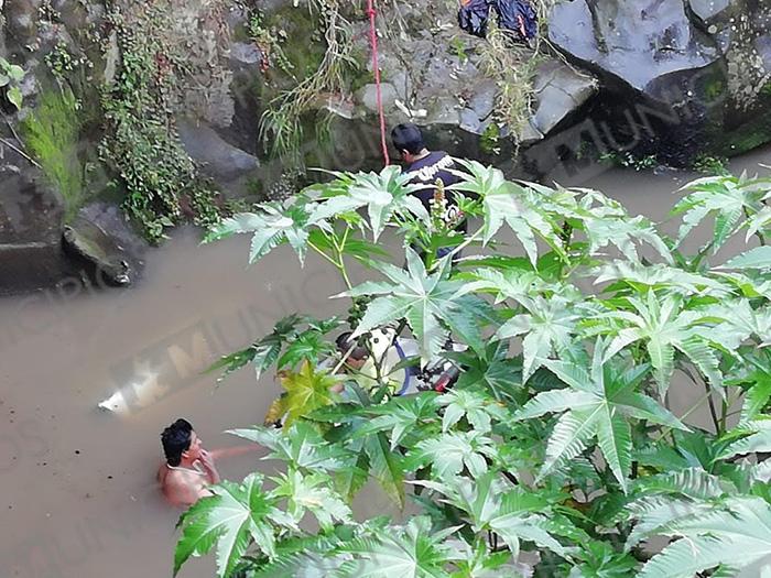 Camioneta cae al río y chofer muere ahogado en Zacapoaxtla