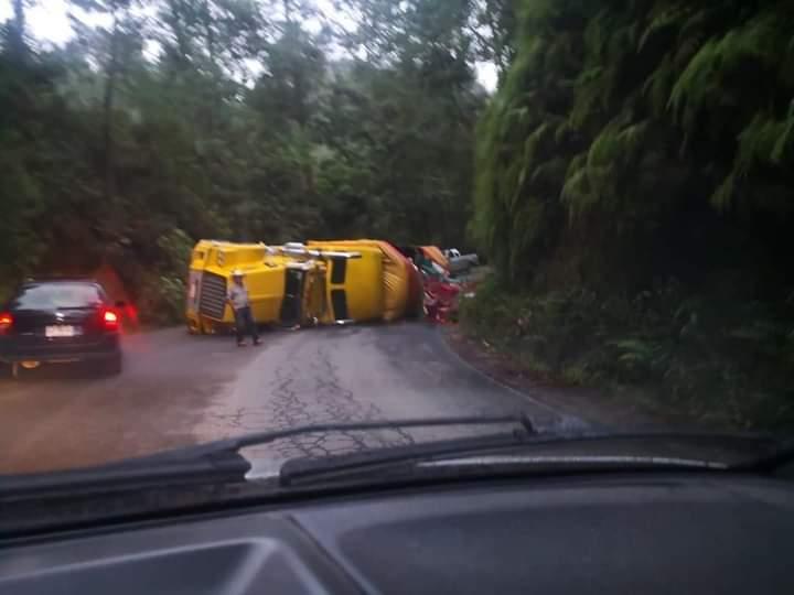 Vuelca camión en la carretera Zacapoaxtla-Cuetzalan