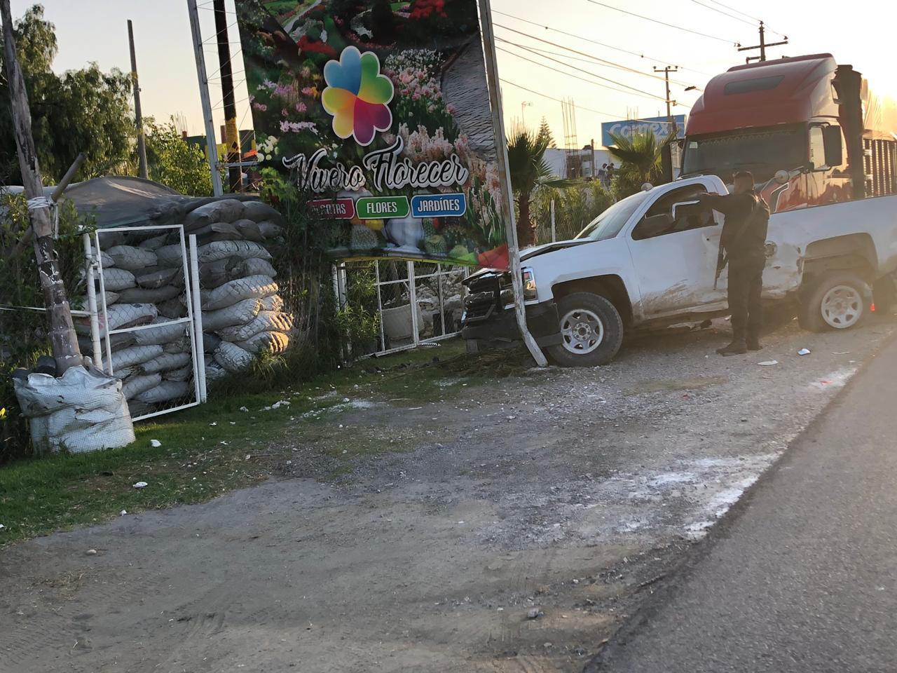 Tráiler impacta camioneta y evita robo en Cuapiaxtla de Madero