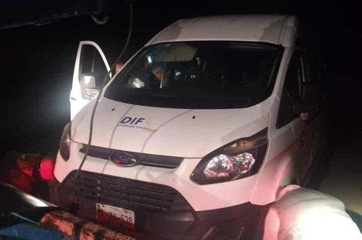 Roban camioneta del DIF y dejan a 12 enfermos en la carretera