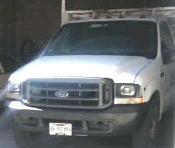 Roban camioneta cargada con materiales en la carretera