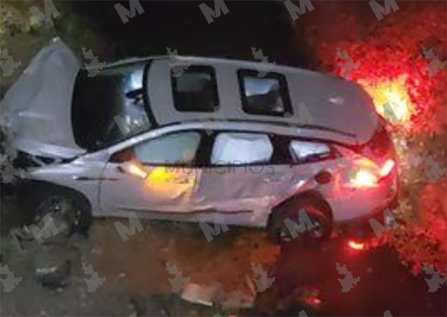 Cae en barranca de 10 metros en Valsequillo y deja abandonada su camioneta de lujo