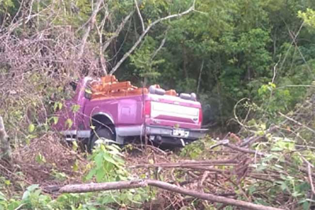 Se va camioneta a barranca y sale ileso conductor en Ajalpan