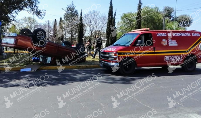 Por evitar chocar de frente camioneta termina volcada en Cholula