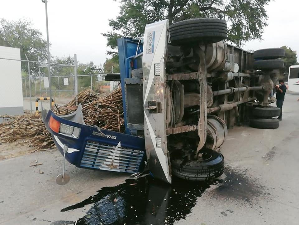 Se voltea camión cargado de caña en Tilapa