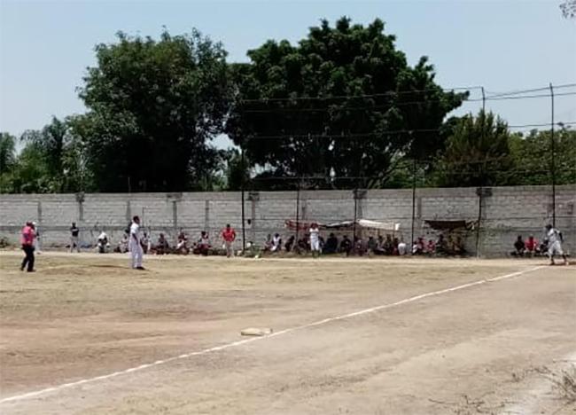 En plena contingencia juegan partidos de béisbol en Atlixco