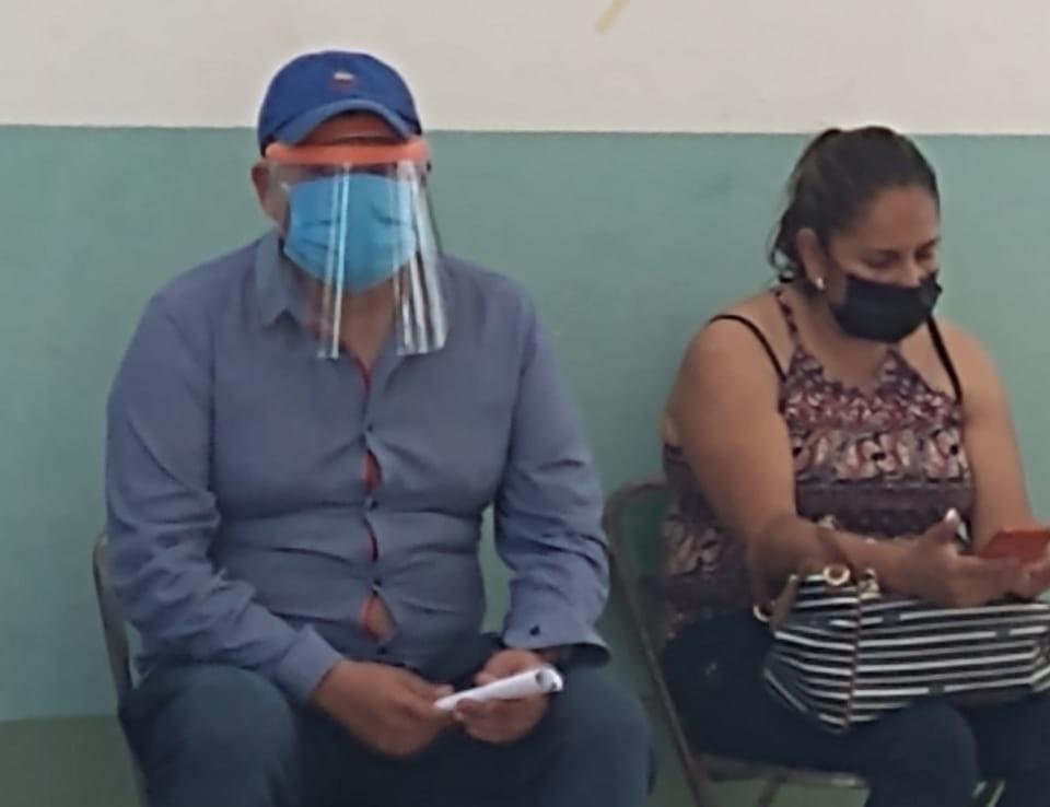 Investigarán a candidato panista por disfrazarse de abuelito para vacunarse en Tlacotepec