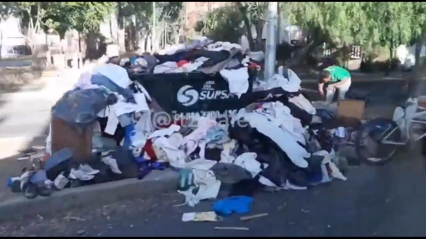 VIDEO Muere de Covid-19 y familia tira su ropa en Amalucan