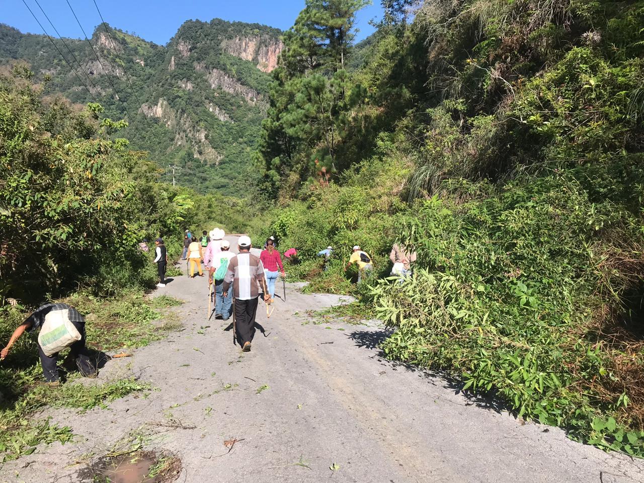 Habitantes limpian carretera interserrana