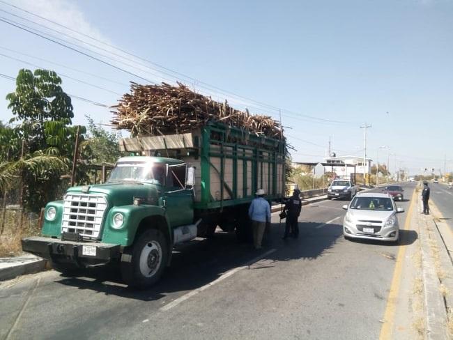 Carros cañeros dañan semáforos y cables de luz