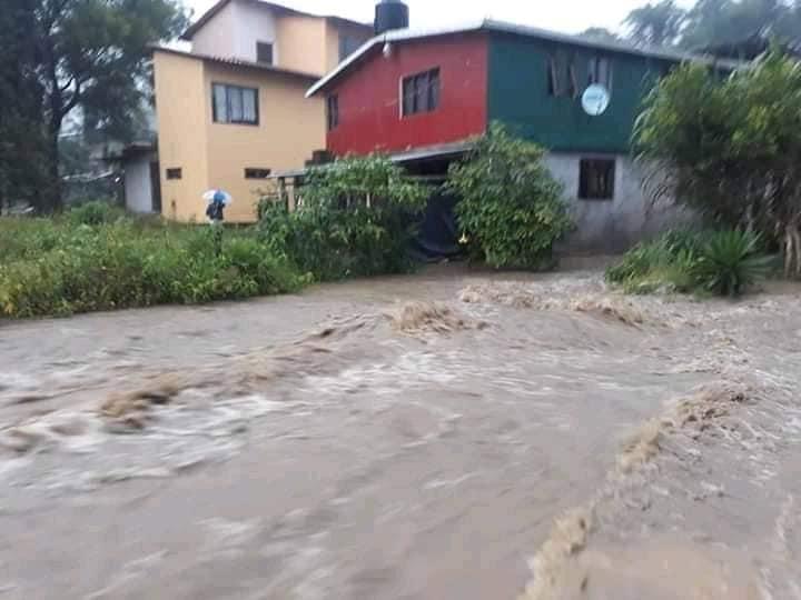 Lluvia inunda casas en Huauchinango y cierra caminos
