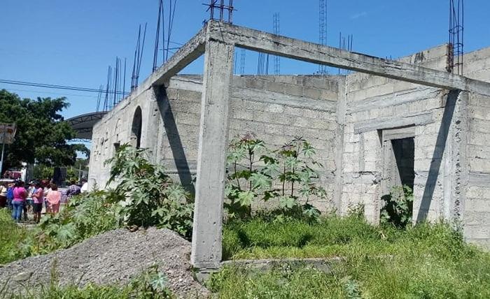 Ex edil de Izúcar deja casa de salud a medias y la reporta como terminada