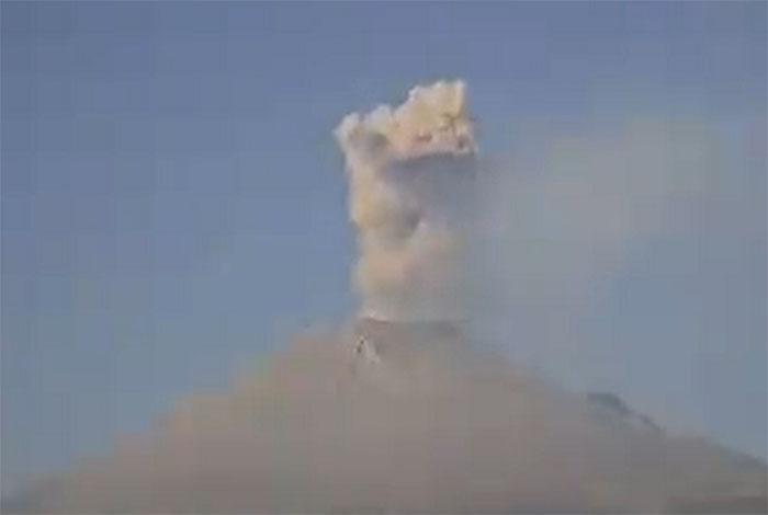 Popocatépetl registra dos explosiones e incandescencia en la noche
