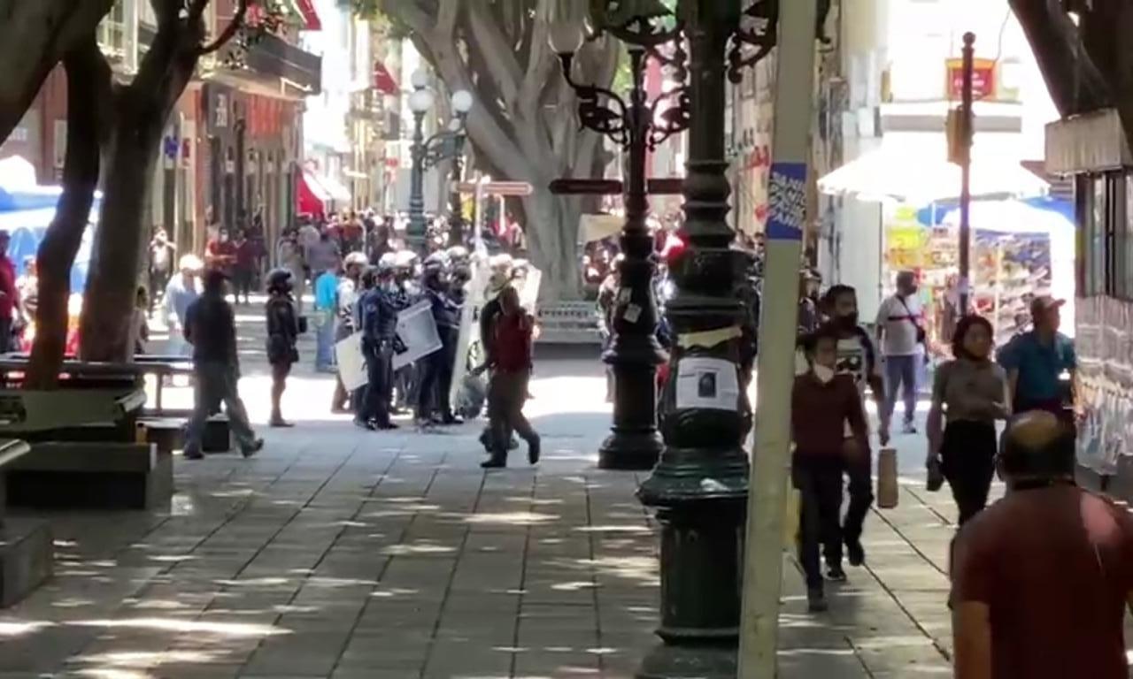 VIDEO Batalla campal entre ambulantes del centro de Puebla