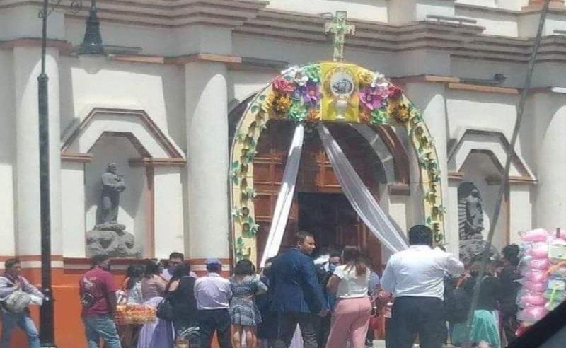 Sin medidas sanitarias hacen misa en Huauchinango