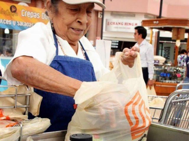 Adultos mayores ya pueden volver como empacadores voluntarios: INAPAM