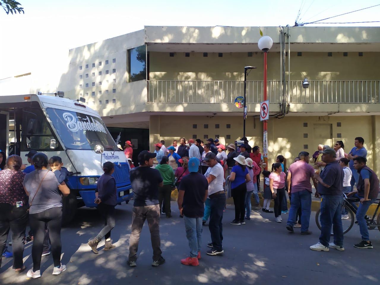 VIDEO Golpean a policías en toma de instalaciones de la CFE en Texmelucan