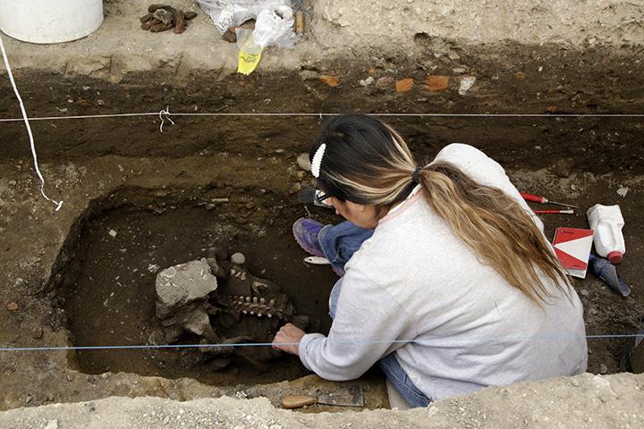 Denuncian saqueo de restos prehispánicos tras hallazgo en Cholula
