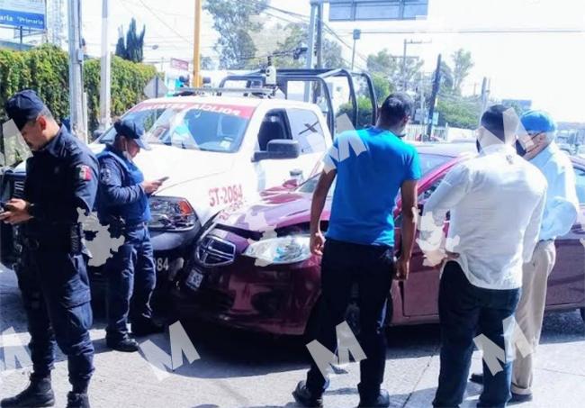 Patrulla estatal se pasa el rojo y embiste auto en Puebla