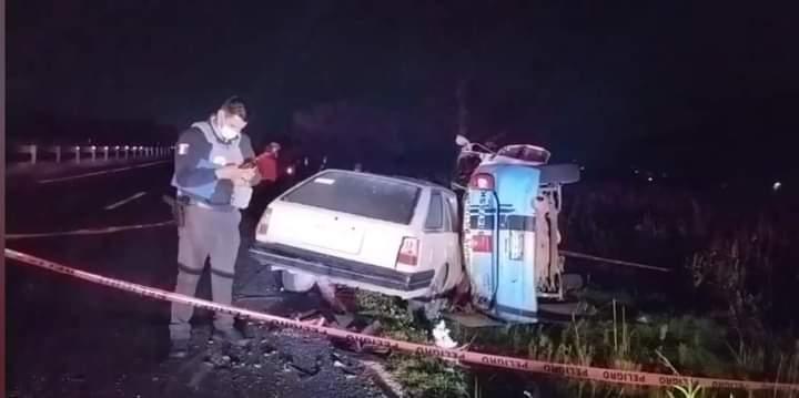 Muere conductor tras chocar de frente su auto con taxi en la Amozoc-Nautla