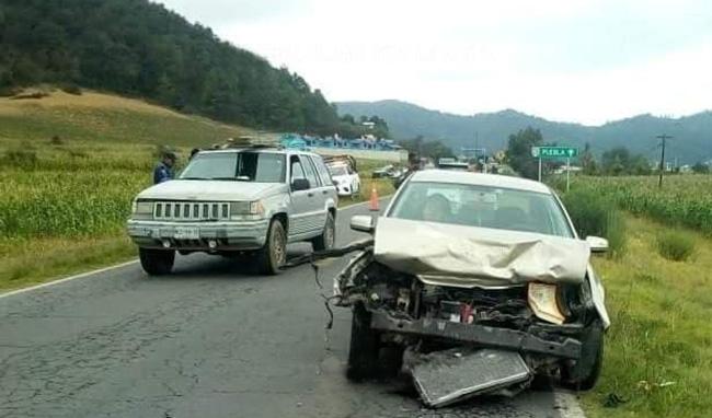 Chocan de frente dos autos sobre la federal Teziutlán-Acajete