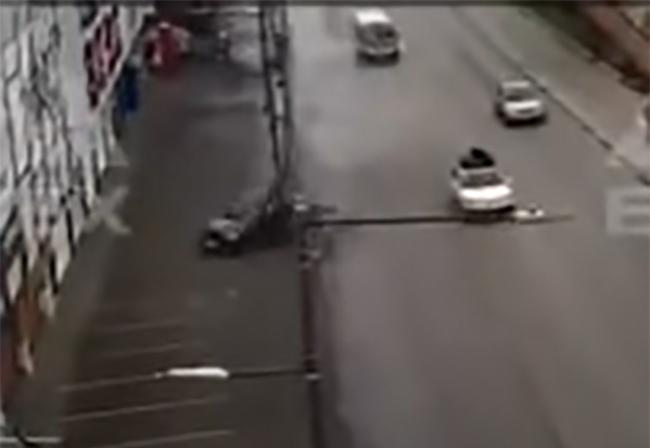 VIDEO Auto se parte en dos al chocar con poste en pleno bulevar