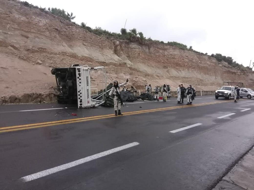 Se vuelca camión de la Guardia Nacional tras chocar en Tehuacán