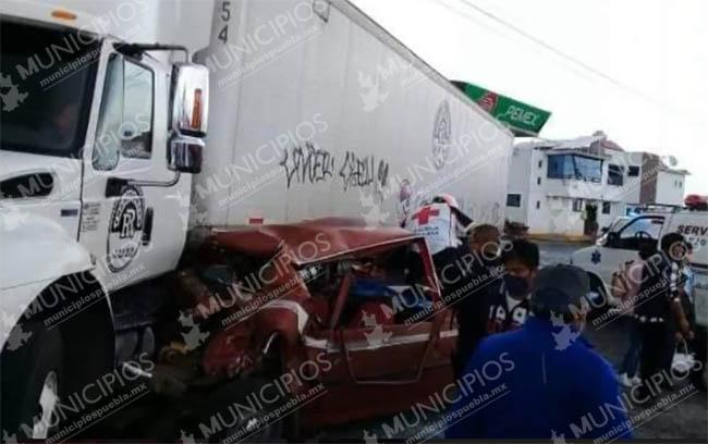 Camión choca contra auto y lo envía debajo de tráiler en Huejotzingo