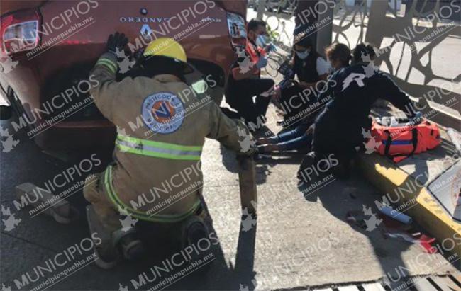 Mujeres vuelcan su auto tras chocar con malla de contención en Puebla