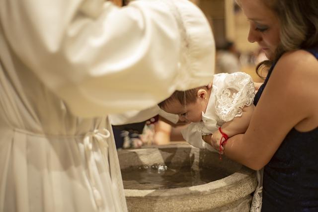 VIDEO Bautizo rudo el que le da sacerdote a bebé