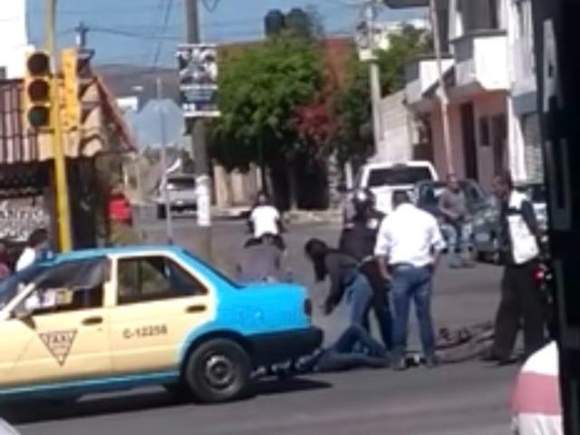 Taxista embiste a ciclista en Atlixco y lo manda al hospital
