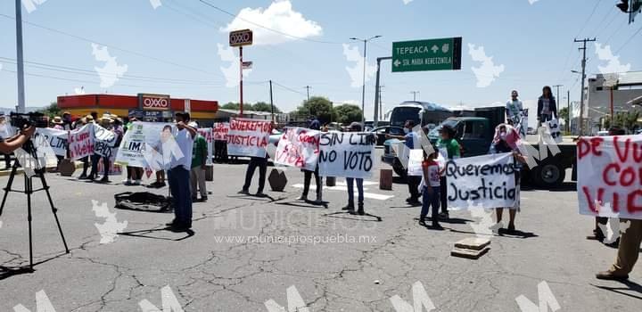 Cierran vialidades en Acajete tras desaparición de candidato del PVEM