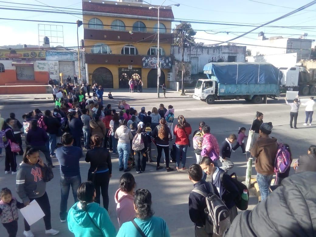 Padres cierran carretera federal en Chachapa, exigen maestros
