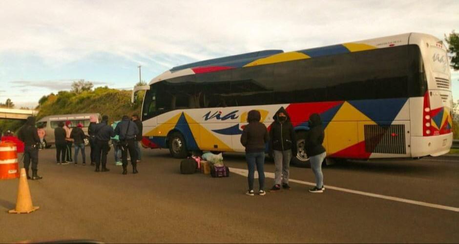 Normalistas toman camiones de pasajeros de la línea VIA en Atempan