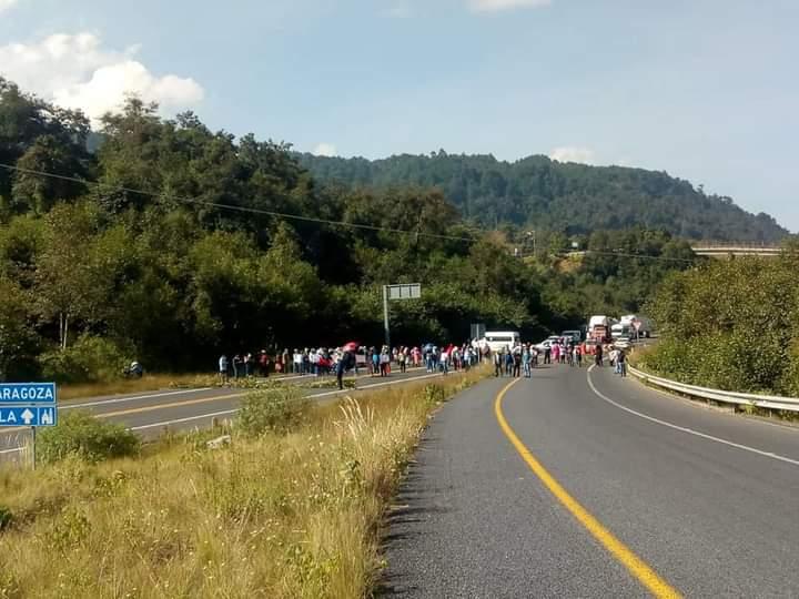 Bloquean taxistas la Teziutlán-Virreyes a la altura de Tlatlauquitepec