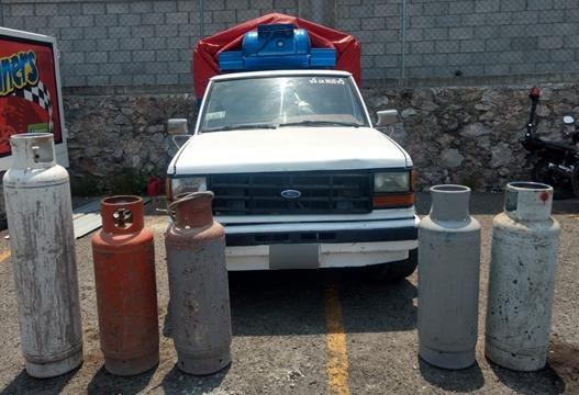 Aseguran huachicamioneta que transportaba cilindros de Gas LP