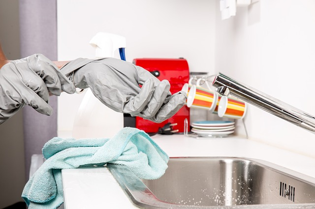 Mujer combinó productos de limpieza para limpiar su baño y murió