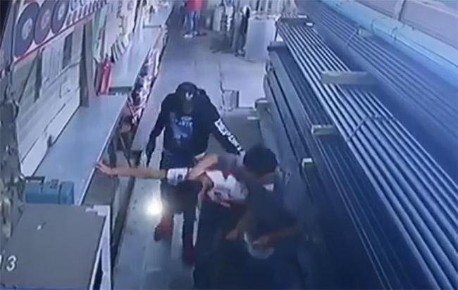 VIDEO Comando asalta negocio en Huejotzingo a unos metros de la policía