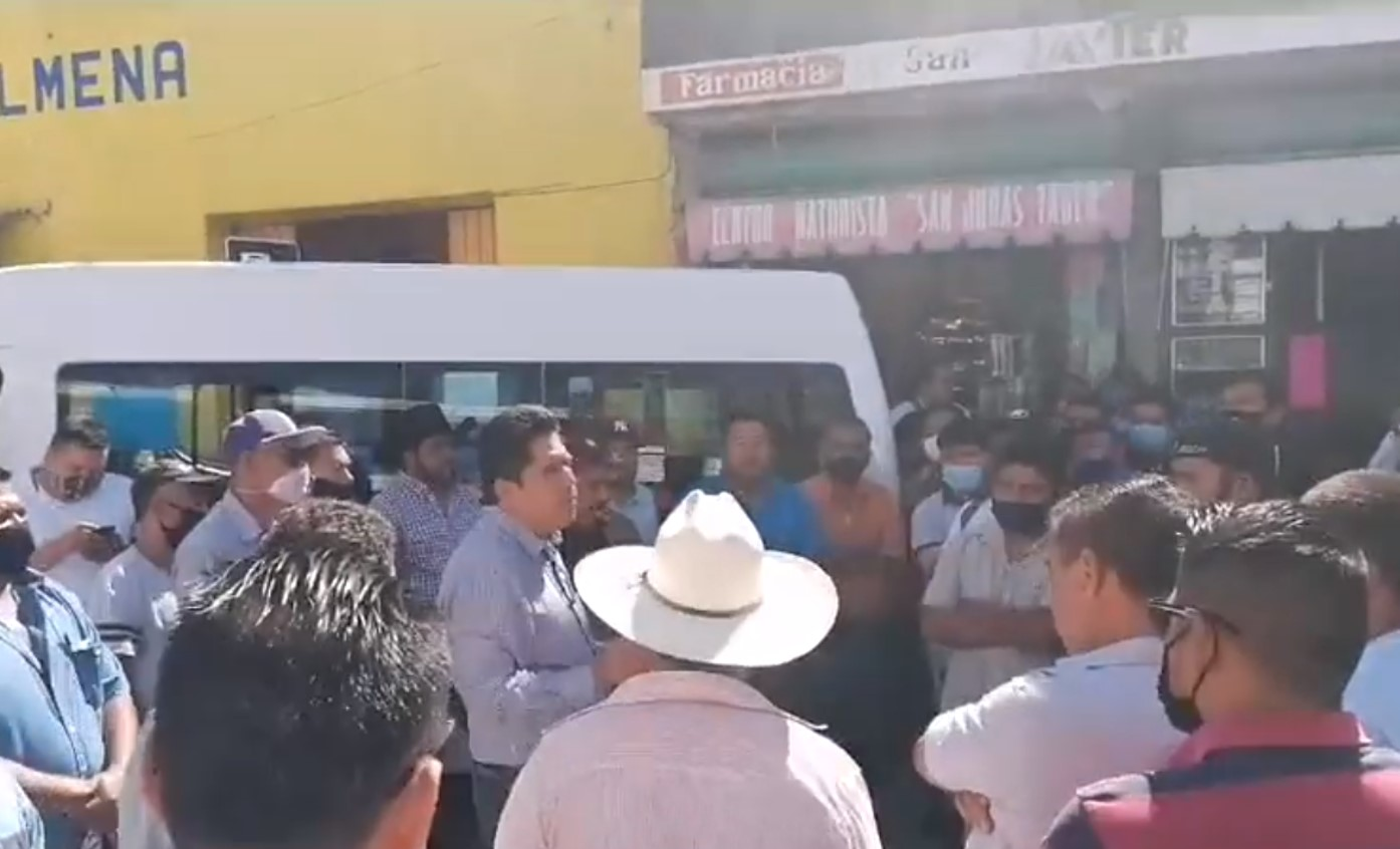 Transportistas reciben con protesta a delegado en Izúcar