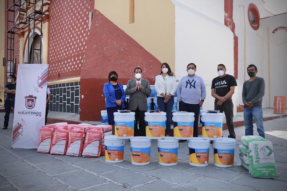 Alvarado entrega material a la parroquia de San Miguel Arcángel
