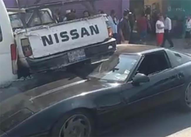 Corvette levanta a una camioneta Nissan tras chocar en calles de Izúcar